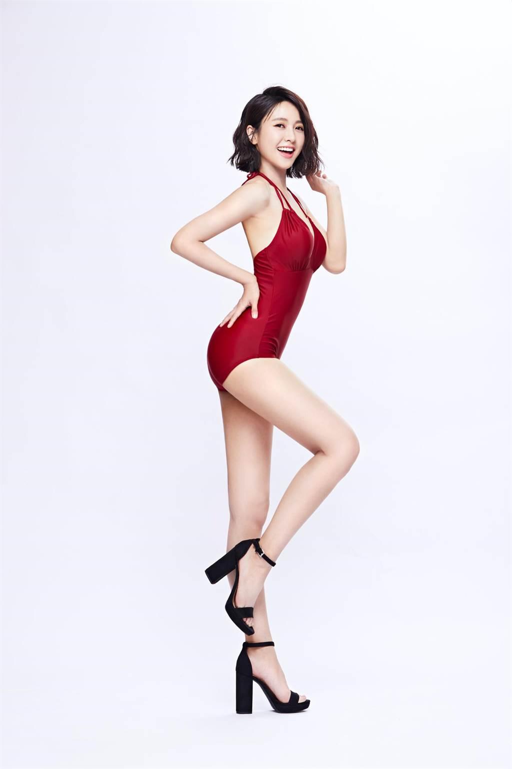 大元穿著紅色綁帶連身高衩泳裝,大秀蜂腰翹臀與一雙大長腿,讓粉絲直呼太犯規。(Laler提供)