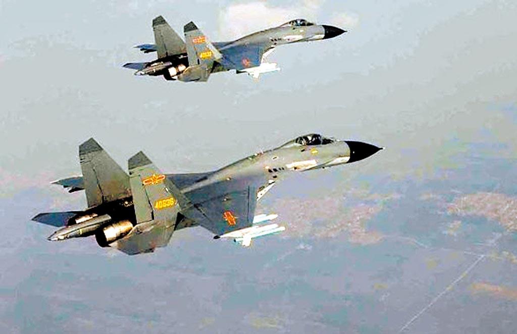 蔡英文总统10日接见美国卫生部长阿札尔前一刻,中共空军所属歼11、歼10型机短暂飞越海峡中线。图为歼11。(摘自网路)
