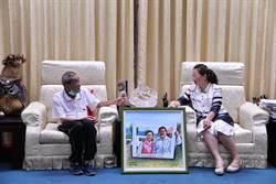 花蓮82歲電影看板畫師再執筆 繪製縣長夫妻畫像