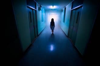靈異夜談》不聽醫院神密婆婆勸 往生室「女孩」找他繫紅線