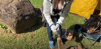「爆乳料理人妻」用巨胸砍柴教學 DIY烤製白色蛤蜊飄出濃厚奶香