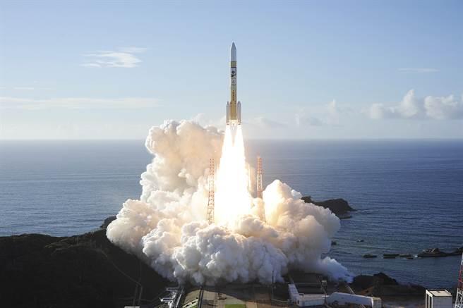 搭載阿聯「希望」號火星探測器的三菱H-IIA火箭從日本升空。(美聯社)