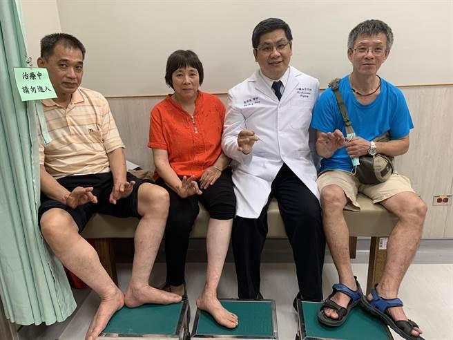 中國醫藥大學新竹附設醫院心臟外科主任翁啟峰醫師(右二),以主軸靜脈雷射燒灼封閉手術、微創勾除手術,解決患者靜脈曲張問題。(莊旻靜攝)