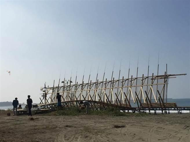 民眾可於台南漁光島踏浪、玩沙。(資料照/曹婷婷攝)