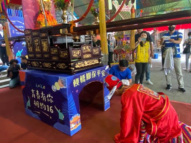 新竹市政府與竹蓮寺今年第5度合辦「七夕成年禮」系列活動,25日當天有千名學子一起鑽轎腳、脫絭、飲成年酒轉大人。(陳育賢攝)