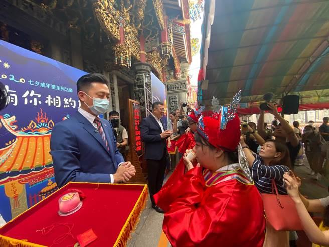 竹蓮寺舉行的「做16歲」成年禮,透過鑽轎腳、脫絭、飲成年酒等完整且依循古禮的儀式,象徵孩子正式長大。(陳育賢攝)