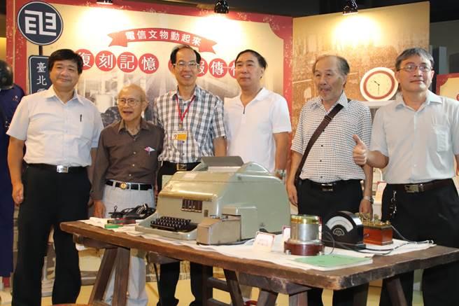 高雄科工館與中華電信合作典藏近2000件電信文物,並在11日邀請當時的工程師陳安順(左二),展演電報收發流程、述說電報年代的有趣故事。(洪浩軒攝)