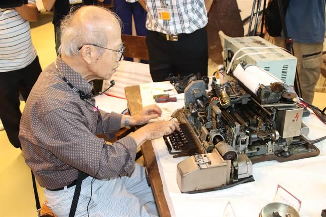 退休電信工程師陳安順11日受邀到高雄科工館展演電報收發流程。(洪浩軒攝)