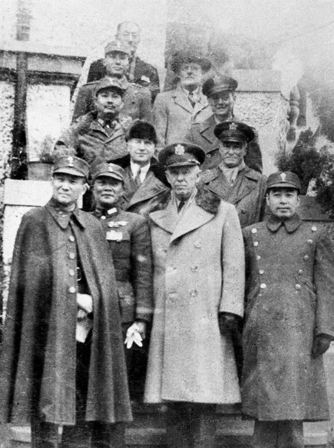 1946年,由美國代表馬歇爾(前排左3)、中共代表周恩來(前排左4)、國民政府代表張群(前排左1)組成的軍事三人小組在重慶宣告成立。(新華社)