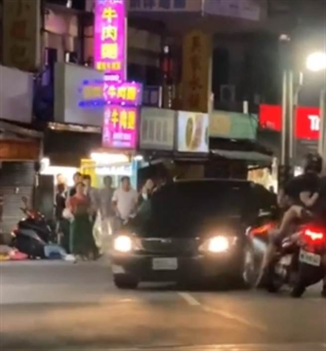 直擊影片曝光 淡水男開車保齡球式衝撞 孕婦也受害(圖片截自影片)