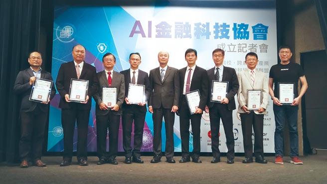 康和证券参与AI金融科技协会,康和证券集团总经理邱荣澄(右三)期许为台湾的AI金融科技贡献力量。图/康和证券提供