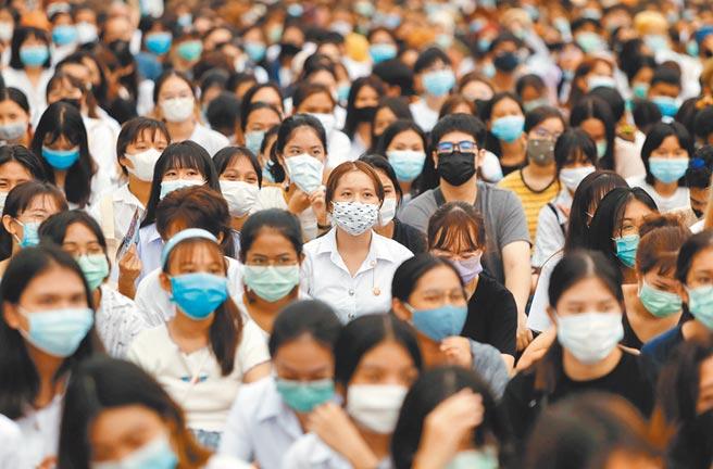 全球新冠疫情持续,图为泰国抗议者戴着口罩走上街头,要求独裁政府辞职。(路透)