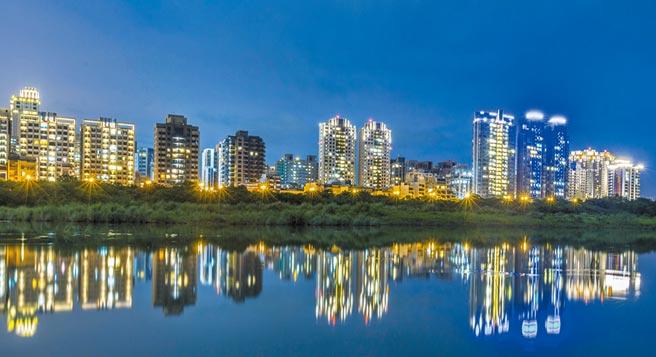 沿著頭前溪的竹北市興隆路,房仲業者多以「水岸第一排」等飢餓行銷手法炒熱房價。(羅浚濱攝)
