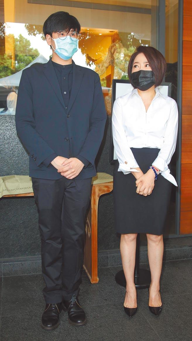 于美人(右)與于楓的兒子黃華倫昨現身羅霈穎靈堂。(吳松翰攝)