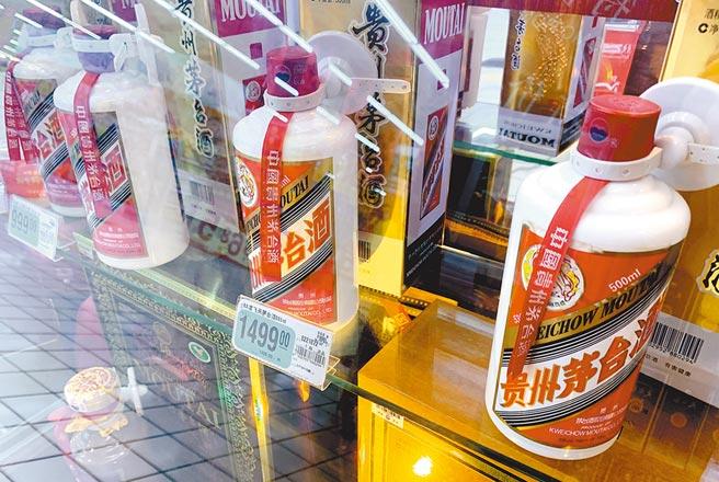 大陸養豬龍頭股上半年獲利能力僅次貴州茅台。圖為福州超市裡銷售的貴州茅台酒。(中新社資料照片)