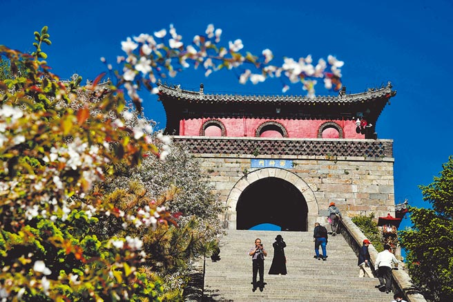 夏天的泰山風景如畫,吸引遊客前來參觀遊覽。(新華社資料照片)