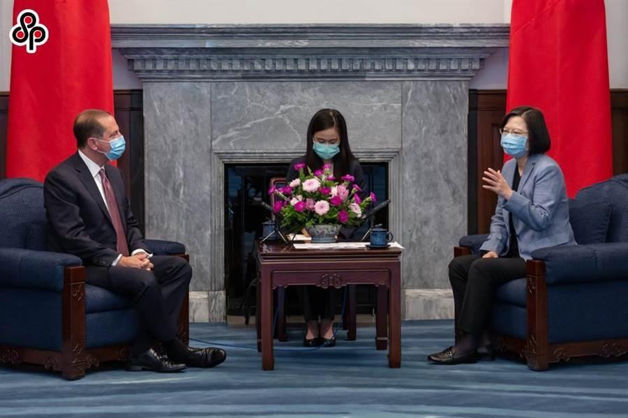 中共中央機關報《人民日報》警告挑戰一個中國原則的企圖必將失敗。圖為10日蔡英文總統接見「美國衛生部長阿札爾訪問團」。(總統府提供)