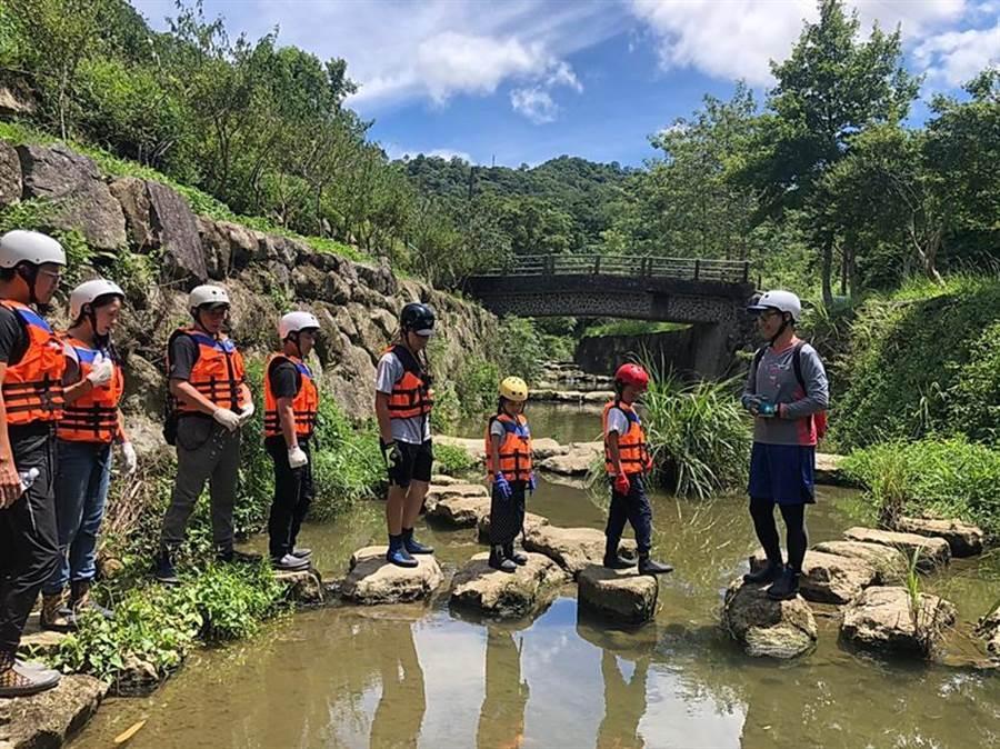 六福舉辦「這夏好樂 兒童生態體驗營隊」,孩子將化身「溪流保育員」,走入四分溪中觀察生態環境,也體會到朔溪的樂趣。(圖/六福旅遊集團提供)