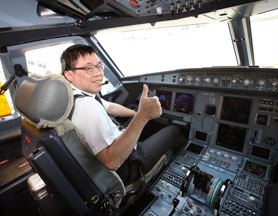 圖為星宇航空類出國班機7日從桃園機場起飛,董事長張國煒擔任機長親自執飛,讓粉絲大呼值回票價。(桃園國際機場記者聯誼會提供)