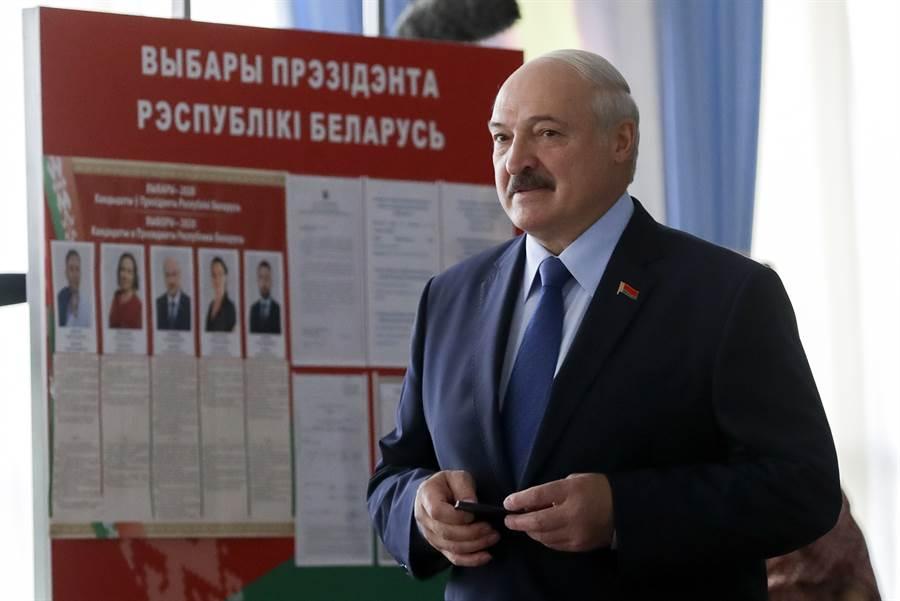 白俄強人總統盧卡申科在投票站。(美聯社)