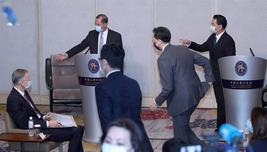 美國衛生部長阿薩爾(左2)與外交部長吳釗燮(右)11日早上會面,雙方在會談前先簡短的致詞,隨後即進入會談場所。圖左為AIT處長酈英傑。(鄭任南攝)