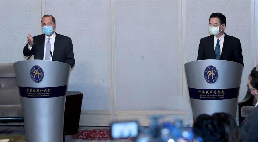 美國衛生部長阿薩爾(左)與外交部長吳釗燮(右)11日早上會面,雙方在會談前先簡短的致詞。(鄭任南攝)