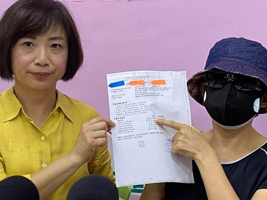 立委何欣純11日陪同何姓受害者一起出面召開記者會,盼消保處能代位求償。(馮惠宜攝)