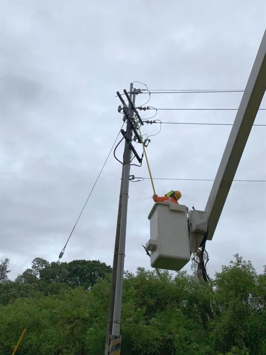 米克拉颱風掃過金門,造成全島590鳥停電。台電緊急搶修恢復供電之一。(台電金門區營業處提供)