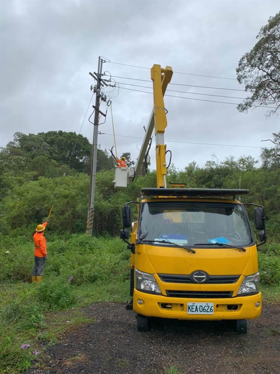 米克拉颱風掃過金門,造成全島590鳥停電。台電緊急搶修恢復供電之二。(台電金門區營業處提供)