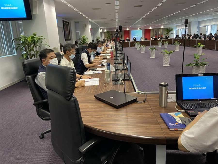 台中市長盧秀燕今天上午主持市政會議,政風處長的位子空缺,也未排上官員頭銜的牌子。(盧金足攝)