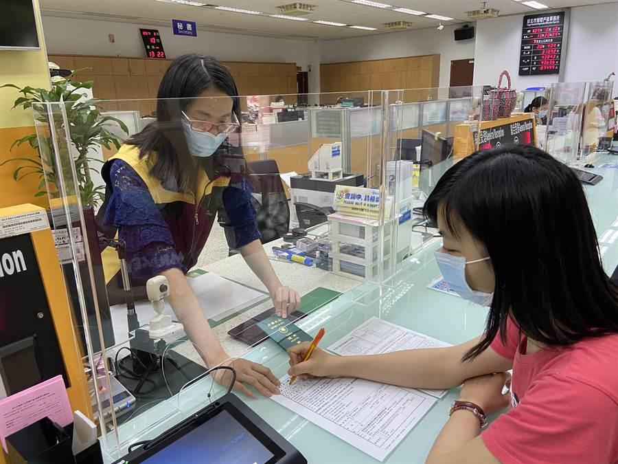 新北戶所除了可代送首辦護照,也可能協助換發護照。(葉德正攝)