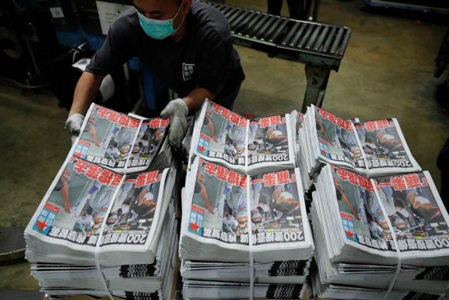 香港警方昨天逮捕壹傳媒集團創辦人黎智英等10人後,香港民眾發起「暴買」《蘋果日報》行動。(路透)