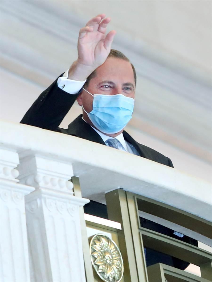 美國衛生部長阿薩爾在轉換場地時向守候的媒體揮手打招呼。(鄭任南攝)