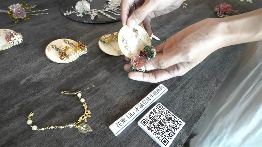 許婷婷設計出來的飾品有質感又獨特,深獲消費者喜愛。(劉秀芬攝)