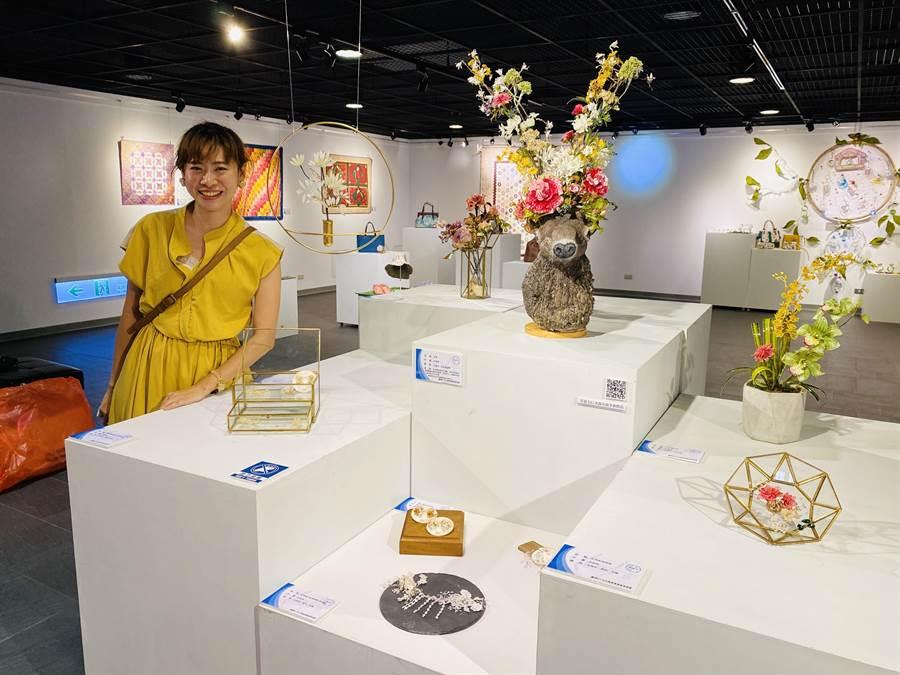 許婷婷將水晶花藝融入飾品中,作品讓人驚豔,還因此受邀參展。(許婷婷提供/劉秀芬台南傳真)