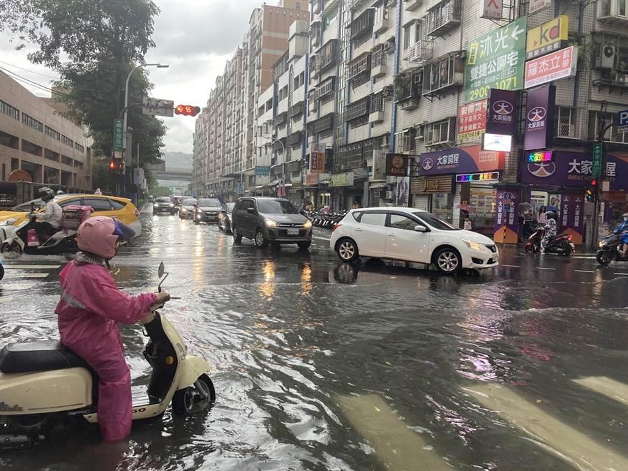 米克拉颱風外圍環流造成新北大雨,新莊幸福路更積水淹成半個輪胎高。(圖/讀者提供)