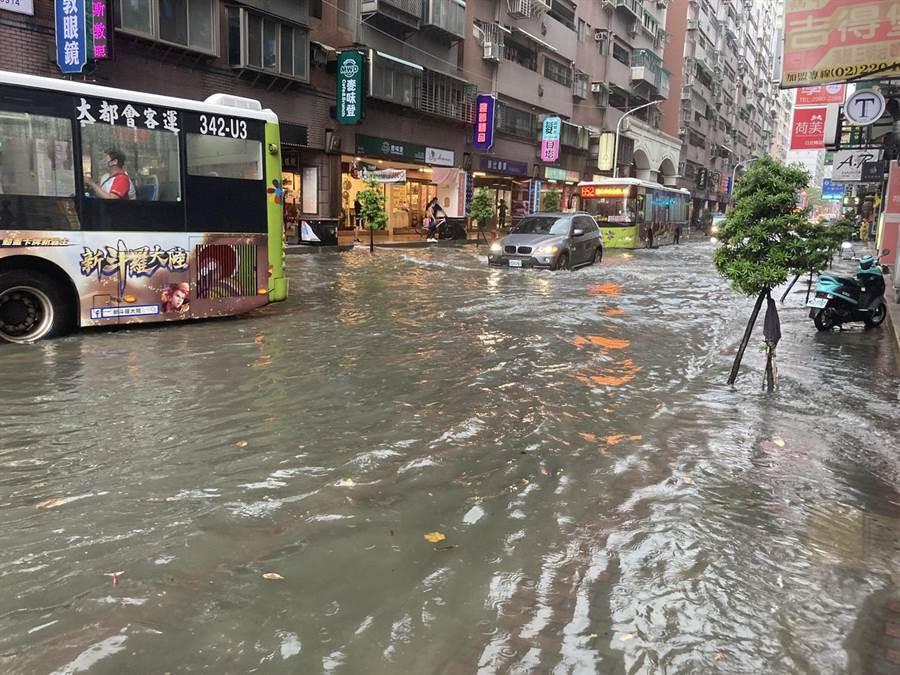 新莊幸福路、中平路口下午大雨,將馬路淹成小河。(圖/讀者提供)