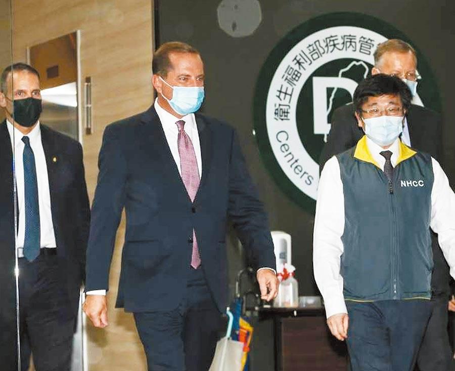 美國衛生部長阿札爾(中)10日前往中央流行疫情指揮中心拜會,歷經三個小時的會談與交流,阿札爾在隨扈保護下,由疾管署長周志浩(右)陪同下離開。(陳怡誠攝)