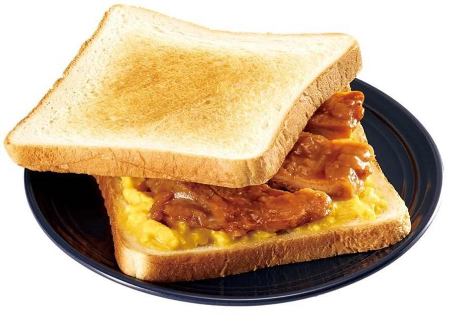 圖為台鐵與全家便利商店聯名推出的新品「排骨肉蛋吐司」,售價55元。(台鐵局提供)