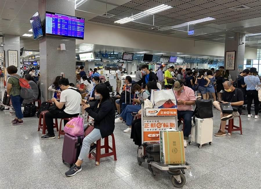 米克拉颱風遠颺,金門尚義機場又熱鬧起來。(讀者呂曉婷提供)