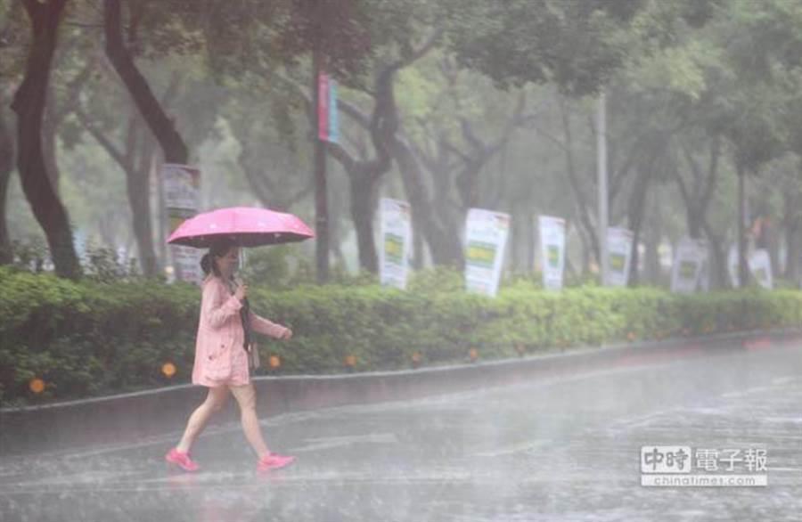 明天部分地區還是會有陣雨、雷雨。(摘自中央氣象局)