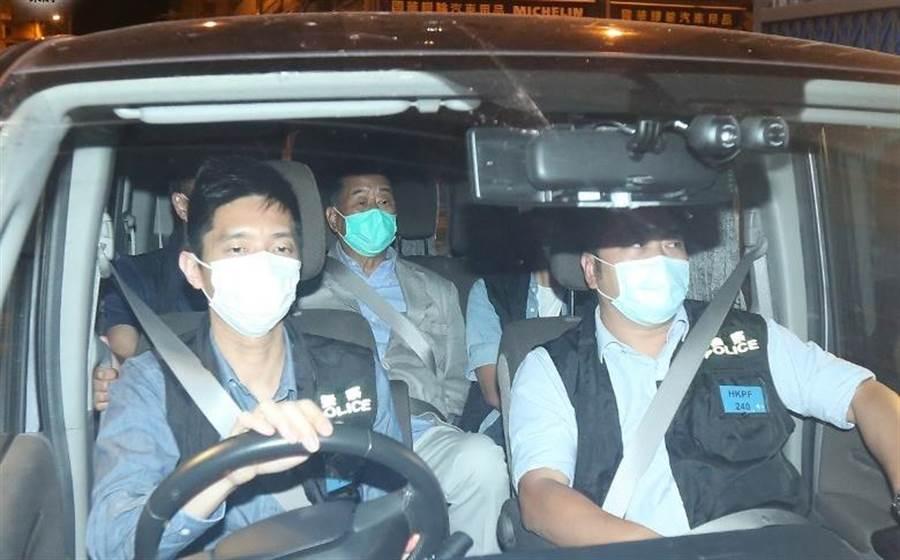 經過連續30餘小時的調查後,港媒傳出壹傳媒創辦人黎智英(後排中)將於11日晚間獲准交保。(圖/東網)