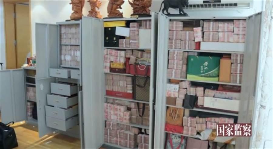 賴小民藏匿現金的櫃子,被搜查到共有現金總值2億多人民幣,他在被捕後表示藏錢是因為「不敢花」。(圖/長安街知事)