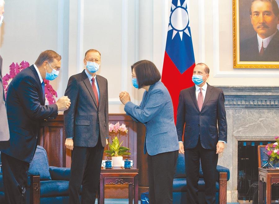 蔡英文总统接见来访的美国卫生部长阿札尔,双方以抱拳致意取代握手。(路透)