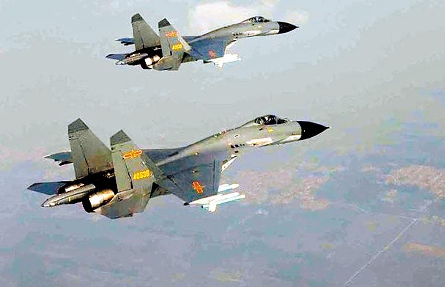 蔡英文總統10日接見美國衛生部長阿札爾前一刻,中共空軍所屬殲11、殲10型機短暫飛越海峽中線。圖為殲11。(摘自網路)
