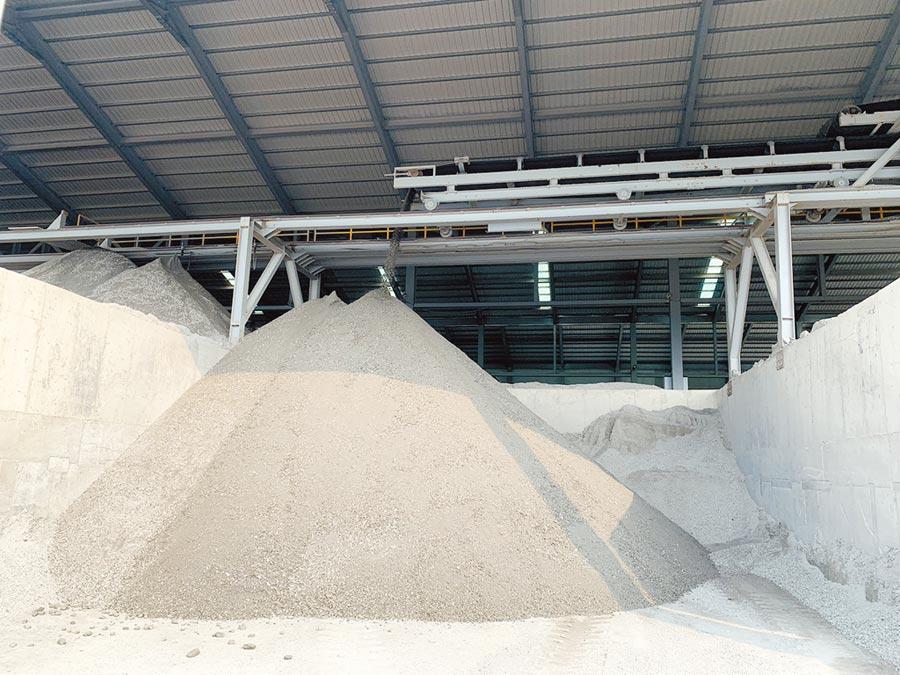 新北市每年可產出11到12萬公噸的再生粒料。(新北市環保局提供/葉德正新北傳真)