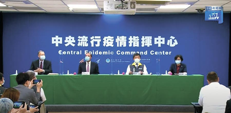 美國衛生部長阿札爾和陳時中簽署台美衛生合作備忘錄。(圖/截自中時新聞網直播)