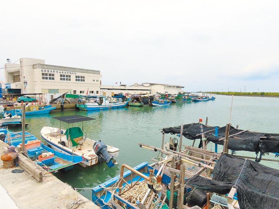 氣象局發布米克拉颱風陸上、海上颱風警報,台南沿海漁港作業船隻都返回港口避風。(莊曜聰攝)