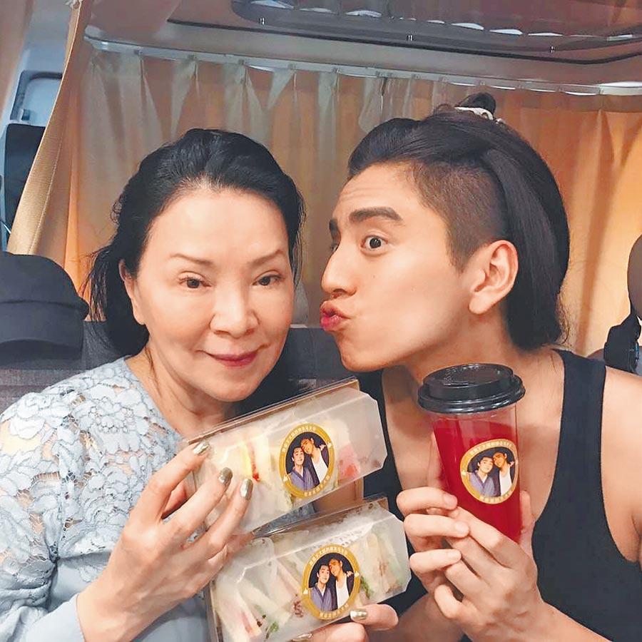 王大陸(右)與母親感情深厚。(摘自IG)