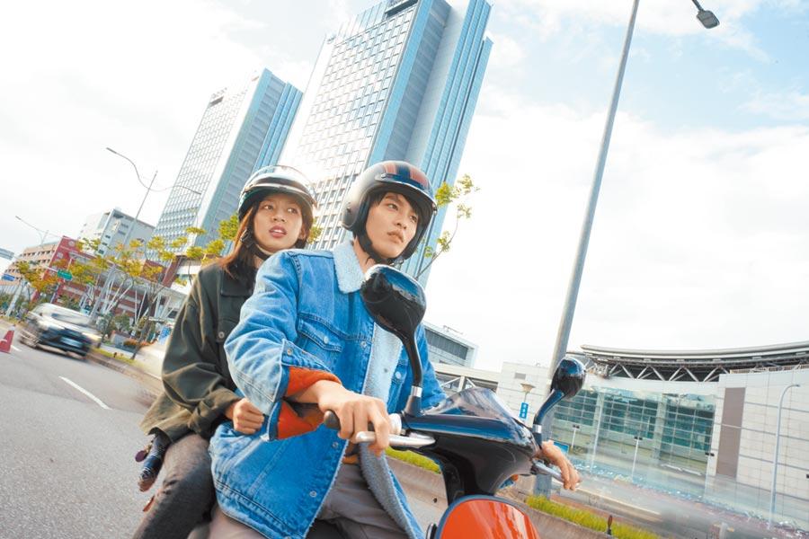 曹佑寧(右)與陳妤在片中是無話不談的青梅竹馬。(華映娛樂提供)